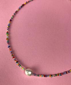 Multifarvet perlehalskæde fra perlekompagniet med ferskvandsperle