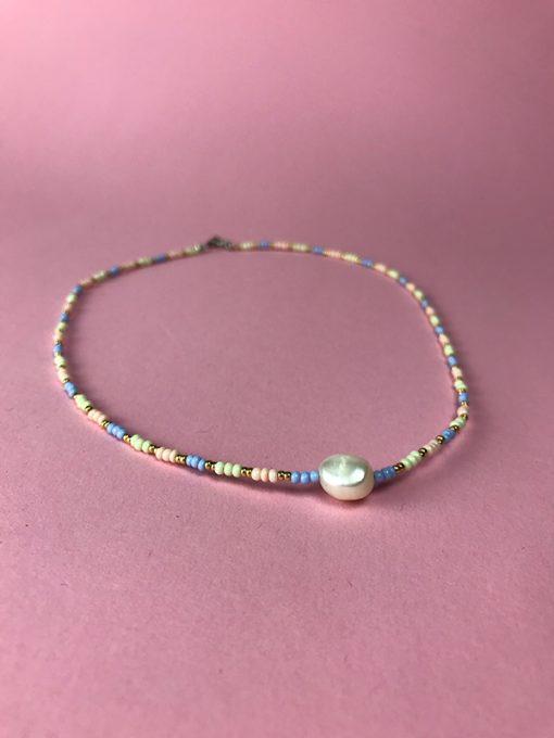 Elna halskæde i pastelfarvede perler med smuk ferskvandsperle nederst
