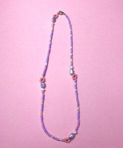 lille perlekæde fra Stines perler med små ferskvandsperler og lyserøde perleblomster