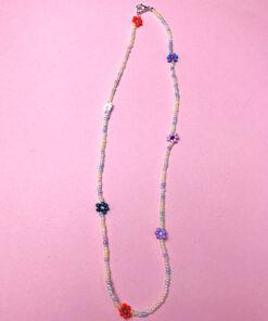 perlekæde med pastelfarvede perler og perleblomster i forskellige farver fra Stines Perler
