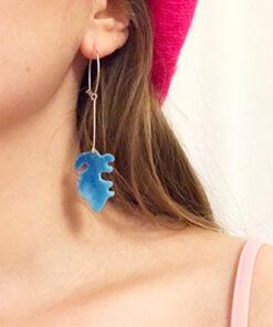 to farvede emalje øreringe handlavet af femme and fab, kommer i blå på den ene side og orange på den anden