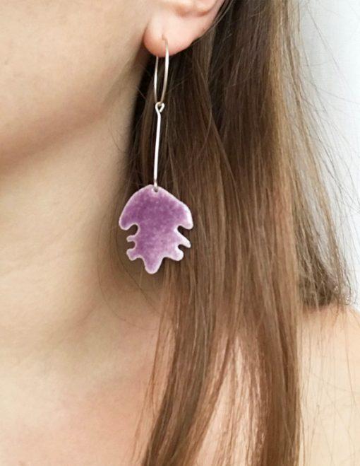to farvede emalje øreringe handlavet af femme and fab, kommer i lilla på den ene side og gul på den anden