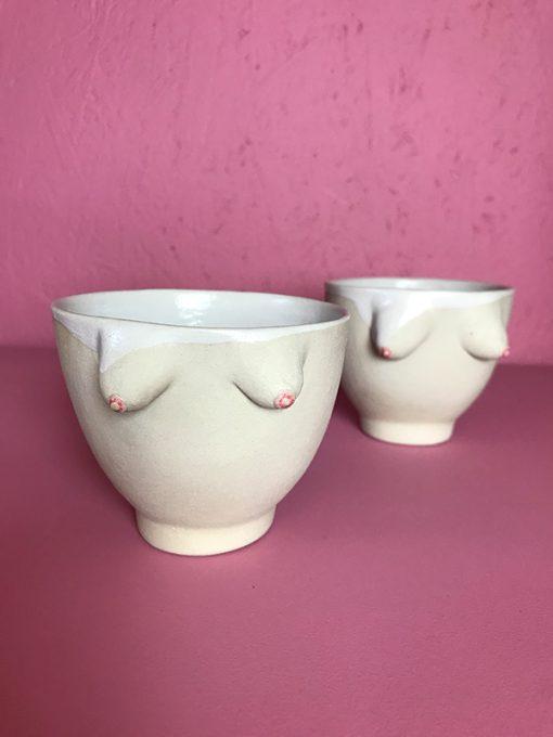 lille rund keramik kop med fine små dame bryster i råt ler med hvidt glasur