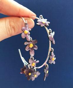 Femme and fab daisy hoops emalje smykker i lyserød