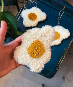 tæppe ophæng formet som et æg i hvid med gul midte