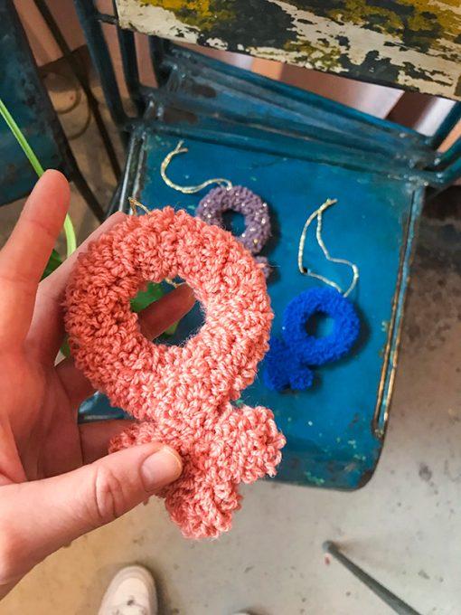 håndtuftet kvindetegn i lyserød