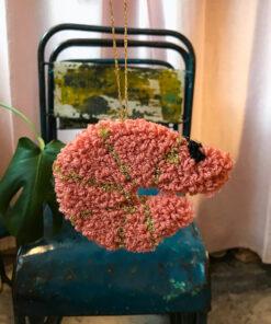 vægophæng håndtuftet formet som små søde rejer i lyserød med guld striber