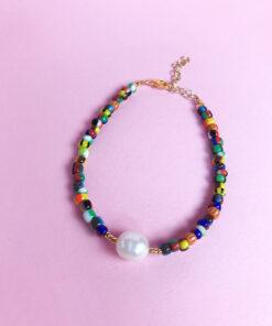 multifarvet armbånd med glasperler fra Lulo Jewelry med smuk ferskvandsperle