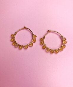 guld hoops med ravfarvede perler snoet omkring fra Lulo Jewelry