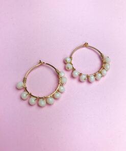 guld hoops med cremefarvede perler snoet omkring fra Lulo Jewelry
