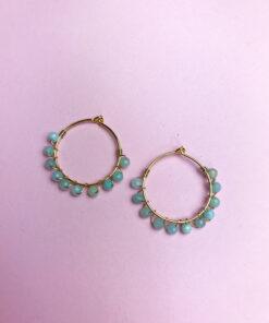 guld hoops med lyseblå perler snoet omkring fra Lulo Jewelry