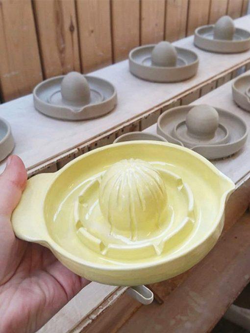 Lysegul citronpresser i keramik fra Arf Keramik