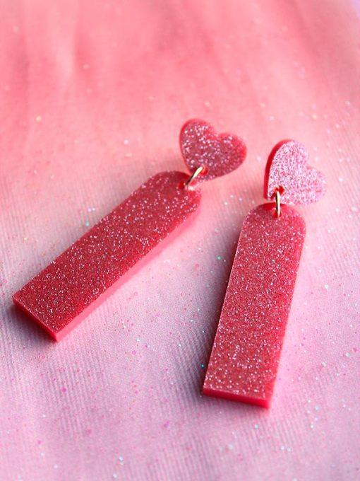 lyserøde hjerte øreringe fra Saisall i pink glitrende plexi