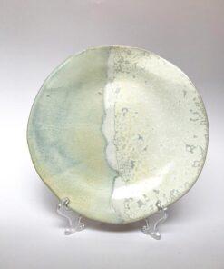 Keramik tallerken i lyseblå og hvid fra Skæv Keramik