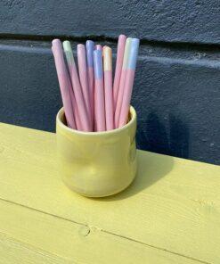 keramik sugerør i forskellige pastelfarver i gult krus