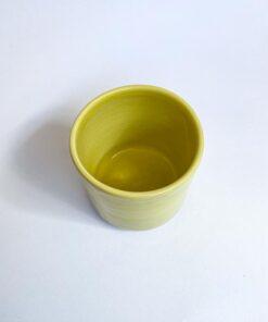 Lille hånddrejet keramik kop i lysegul fra Arf Keramik