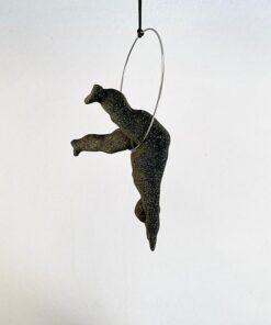 Hængende skulpter navngivet Hans, der skal sprede glæde og mod når han møder verden