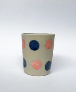 LIlle Keramik kop med runde prikker i lyserød og navy fra Chandini Ceramics