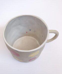 Keramik kop med hank og runde prikker i gul og lyserød fra Chandini Ceramics