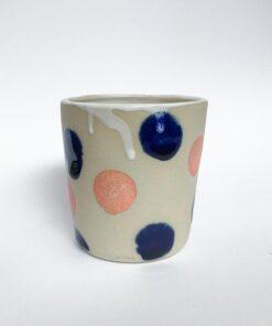 Keramik kop mini og runde prikker i lyserød og navy fra Chandini Ceramics