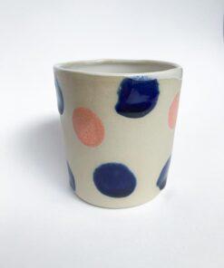 MiniKeramik kop med runde prikker i lyserød og navy fra Chandini Ceramics
