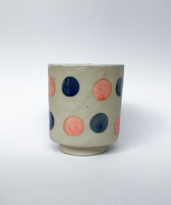 Keramik kop med fod og runde prikker i lyserød og navy fra Chandini Ceramics