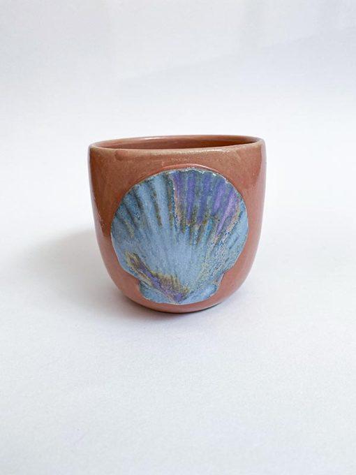 keramik kop i lyserød uden hank med lilla musling på den ene side lavet af Julie Ebens