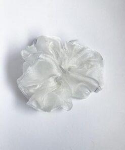 Fluffy scrunchie I hvid i genbrugsmateriale fra Reehmade