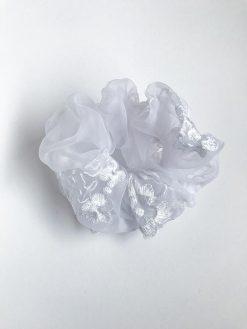 Hvid scrunchie i genbrugsmateriale med blomster broderi fra Reehmade