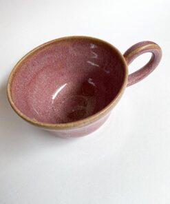 bordeaux kaffekop med hank i spættet glasur fra Skæv Keramik