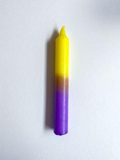 farvet stearinlys i kombinationen lilla og gul