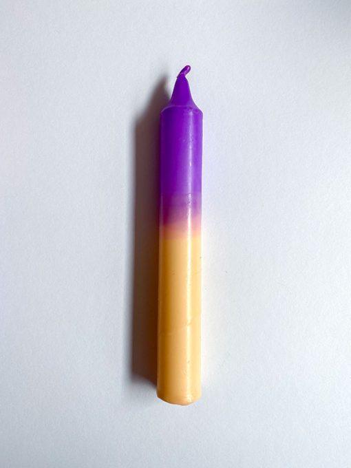 farvet stearinlys i kombinationen creme og lilla