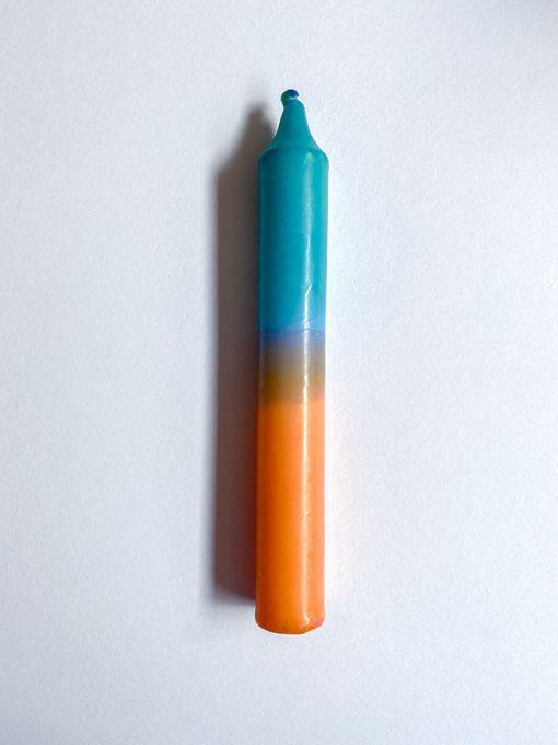 farvet stearinlys i kombinationen orange og blå