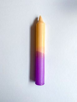 farvet stearinlys i kombinationen lilla og creme