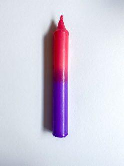 farvet stearinlys i kombinationen lilla og pink