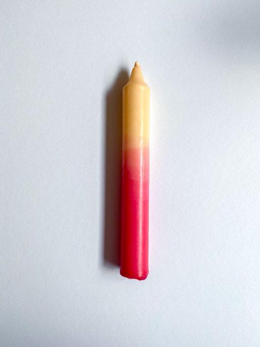 farvet stearinlys i kombinationen creme og pink