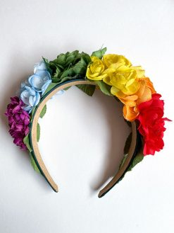 multifarvet blomsterkrone fra Genfødt. En blomsterkrone lavet af genbrugs blomster i stof og plastik.