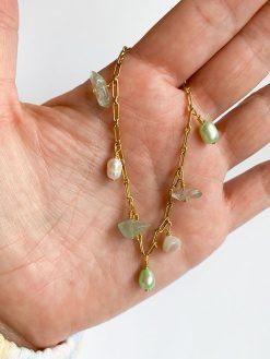 Forgyldt armbånd med påhæng af naturperler og sten i hvide og grønne nuancer fra Nuance Jewellery