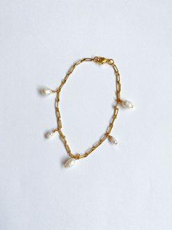 forgyldt armbånd af kæder med påhæng af forskellige størrelser af hvide naturperler fra Nuance Jewellery