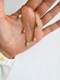 forgyldt armbånd med forskellige farvede ferskvandsperler fra Nuance Jewellery