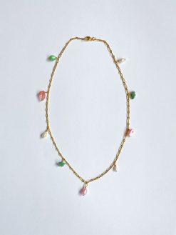 Halskæde i forgyldt sølv med påhæng af forskellige farvede natursten fra Nuance Jewellery