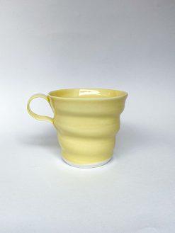 Spiralkop lavet i porcelæn fra Rikke Mangelsen i fin lysegul perfekt kaffekop med hank