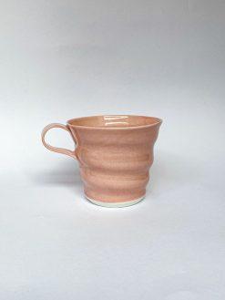 Spiral kaffekop i lyserød fra Rikke Mangelsen lavet i porcelæn