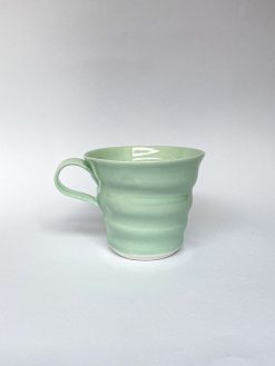 Rikke Mangelsen Spiral kop i lysegrøn en perfekt kaffekop med hank.