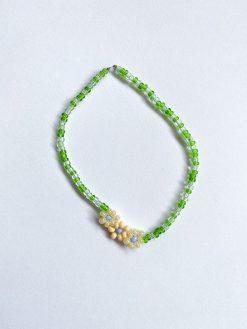 grønt perlearmbånd med blomster fra Stines Perrler
