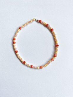 ferskenfaret og rødt perlearmbånd fra Stines Perler