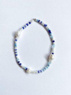 lyseblåt perlearmbånd fra Stines Perler med tre små ferskvandsperler