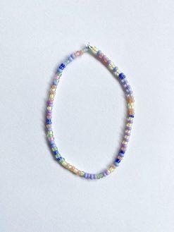 perlearmbånd med små lyseperler i lilla og blå nuancer fra Stines Perler