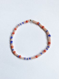 blåt og rødt perlearmbånd fra Stines Perler