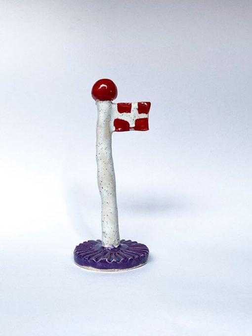 The Clay Play Keramik Flag med Hvid Flagstang og Lille Fod